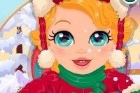 La bambina gioca nella neve